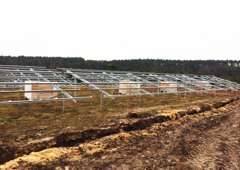Errichtung der Unterkonstruktion für den Solarpark Dreißigacker